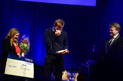 Kulturprisvinner Torfinn Scheie, måtte ty til lommetørklet flere ganger da han mottok Sør-Fron kommunes kulturpris i kveld. Her flankert av kona Stina Borolien og ordfører Ole Tvete Muriteigen