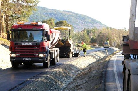 PÅ GANG: Holder været seg fortsatt fint i ukene som kommer, blir det asfalt på den nye gangvegen langs E6 på Dovre i høst. FOTO: VIDAR HEITKØTTER