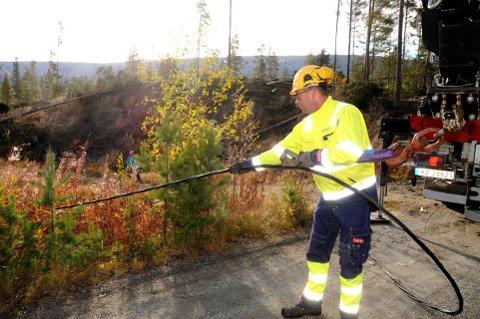 FÅR STRØMMEN TILBAKE: – Vi gir oss ikke før linjenettet er reparert, uttalte Thomas Kronberget, Dombås, i AS Eidefoss til GD mandag ettermiddag. Foto: Vidar Heitkøtter
