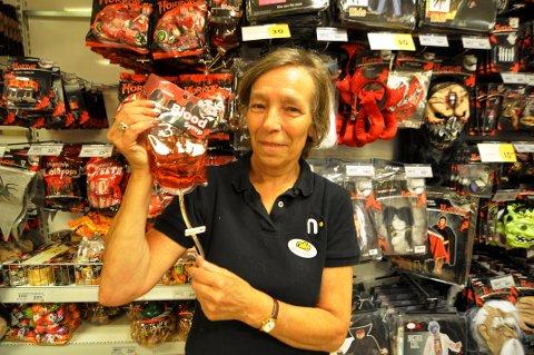 BLODOVERFØRING: Anne Lise Eriksen på Nille forteller at i år selger de mye intravenøst blodsirup til Haloween.