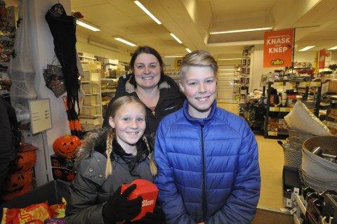 SKREMMENDE MORSOMT: Silje (10) ogStian Kræka (12) fra Gausdal sammen med mor Signe Mari Kræka, har ikke bestemt seg for om de skal skremme folk på Halloween i år.