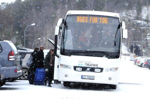 TOGET GIKK: Buss for tog fra Dombås til Åndalsnes  mandag.