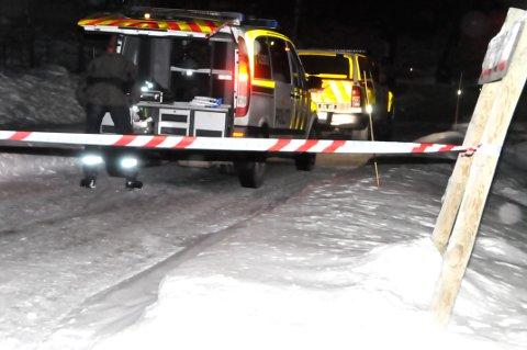 SØKER: Politiet ser etter spor, og undersøker husene i nabolaget.