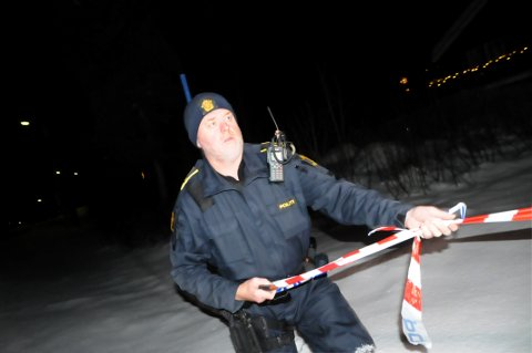 SPERRET: Politibetjent Tor Jørgen Bøe ved leiligheten til ransofferet i natt.