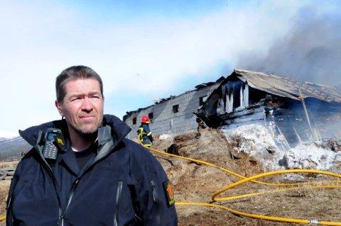 Innsatsleder Haakon Bolstad sier at det var umulig å ta seg inn i driftsbygningen for å berge dyrene i brannen på Lesja fredag.