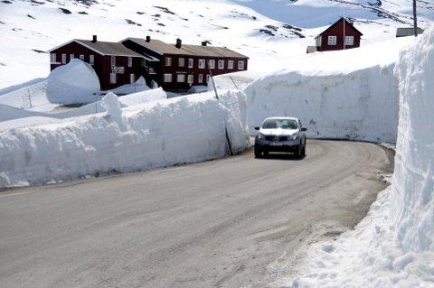 Været bestemmer om Sognefjellsvegen blir brøytet fram til Krossbu til påske.  Foto: Vidar Heitkøtter
