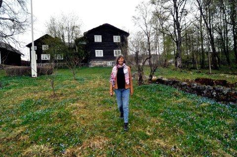 IDYLLISK EIENDOM: Kirsti Johnson, leder for Sigrid Undset Selskapet gleder seg til å markere Sigrid Undsets fødselsdag 20. mai, og til alle Undset-arrangementene som foregår under årets Litteraturfestival. – Det er fint at forfatterskapet blir aktualisert, sier hun.     Foto: Ingunn Aagedal Schinstad