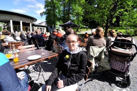 PÅ RETT PLASS: Sofia Diesen (11) bor egentlig i Trondheim, men hun har bedt seg fri fra skolen for å gå på Litteraturfestival. – Jeg er veldig glad i å lese bøker, forteller hun. Alle foto: Ingunn Aagedal Schinstad