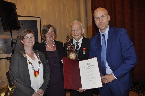 Fylkesmann Sigurd Tremoen overbrakte Kongens hilsen til Halvor Aaby under Ringebu historielags kulturkveld søndag.