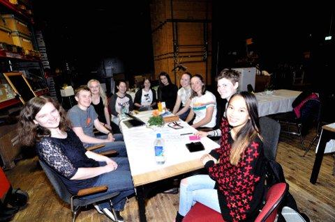 SOLEKLART: – Det har vært morsomt å være med på dette prosjektet, sier Hanne Willa (16), Simen Strand Jensen (16), Turid Melgård Utne (17), Grete Bulling Godlien (18), Gina Marte Kalrasten (17), Elise Brezescinska (16), Silje Marie Ulvang (17), Anna Littorin Sandbu (16), Ida Marie Handgaard Bryde (16) og Line Sektnan (17). De er blant elevene som har jobbet fram arrangementet «4 forfattere og et band». Alle foto: Ingunn Aagedal Schinstad