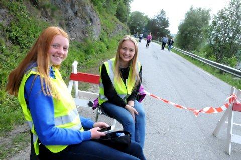 STOPP: Ingrid Angård og Anna Steinhovden stengte Stasjonsvegen mens det store arrangementet pågikk.