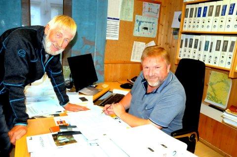 AVTALE: Samarbeid mot felles mål. Tormod Pedersen og Bengt Fasteraune skriver under på avtalen. Foto: Vidar Heitkøtter
