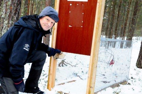 """NYTT HÅP: Stein Løkken vil flytte fella til det nye området der den savnede jakthunden """"Oluf"""" holder til."""
