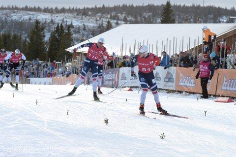Håvard Solås Taugbøl viste meget solid sprintform på Gålå lørdag. Han hadde full kontroll på oppløpet, og her snur han seg og konstaterer at Petter Northug er langt bak.