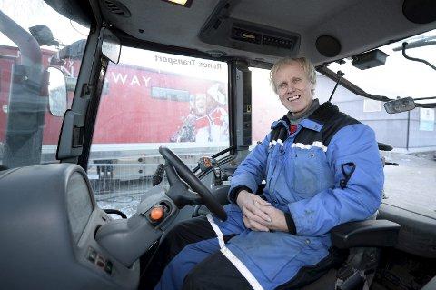 Rune Voldsrud på plass i traktoren der han har utallige timer i forbindelse med idrettsarrangement. Foto: Morten Aasen
