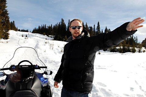 Etter at Anders Friis i Nordseter Drift AS, gikk gjennom isen på Reinsvannet med snøscooter torsdag, advarer han på det sterkeste mot å bevege seg ut på fjellvann med avrenning og tilsig.