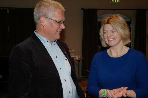 VETERAN OG NY LEDER: En gratulasjon fra Høyre-veteran Harald Westbyt til den nye lederen Lise Berger Svenkerud.
