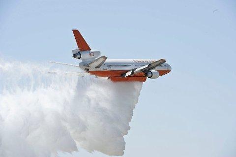 Vannbombeflyfinnes i flere varianter - her et av de større, en DC-10 brukt av U.S. Forest Service.
