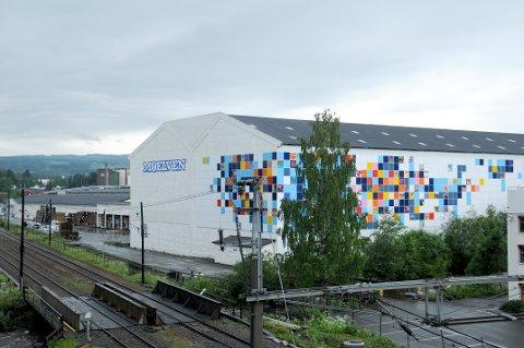 HERFRA: Fra Moelvens fabrikk i Brumunddal ble det lørdag skylt malingsrester ned i elva Brumunda, som går ut i Mjøsa.