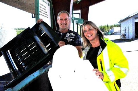 UT AV HAGEN: Jan Roy Williams kvitter seg med hagemøbler av plast. Det er i tråd med hva  Elisabeth Haukaas Bjerke markedssjef  i Glør har registrert registrert er ganske vanlig.