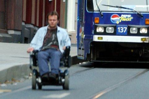 - En elektrisk rullestol defineres om fotgjenger og har fartsbegrensing, men i forhold til ett lite barn er den jo ikke akkurat myk.