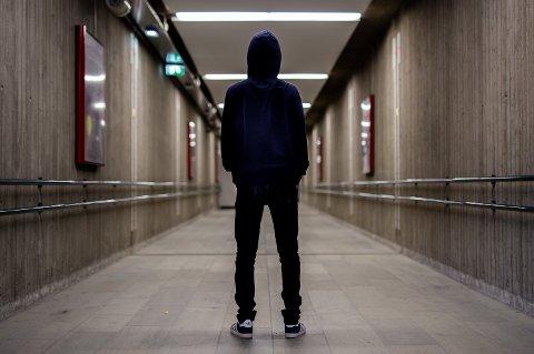 En nå 17 år gammel gutt fra fra Lillehammer (bildet), er et av ofrene i en sak der en mann i 20-årene blir tiltalt av politiet for nettovergrep mot 329 unge gutter.  – Det startet på et nettsted der jeg begynte å chatte med en jente som het «Sandra». Vi snakket mye sammen, og etter en stund ville hun bli sammen med meg, forteller 17-åringen.