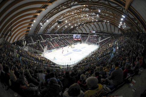 HOCKEYARENA: Håkons Hall er en arena for de store anledningene. I en fullsatt hall er det stor stemning, og hallen passer veldig bra for ishockeykamper, som den var bygd for til OL i 1994. Nå vil Lillehammer IK også se om det er mulig å få til et nytt hockey-VM i hallen.     Foto: Marius Mykleset