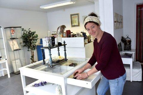 GJØR ALT SELV: Eli Fergestad åpnet Libeli Jewellery i Storgata 34 i 2014. Her gjør hun det meste selv, men samboer Julio Doval tar seg av regnskapet.
