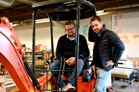 Espen Østvold Rølla og Rune Hansen har gjort ideen om en elektrisk gravemaskin til virkelighet. Nå er den klar til bruk og fungerer som normalt.