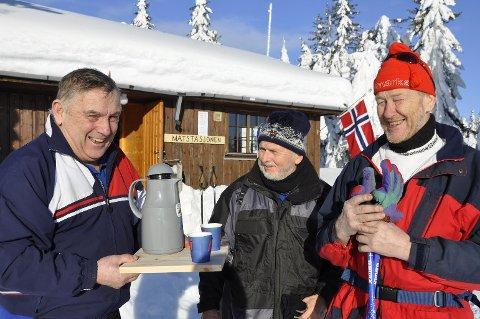 FRISTER: Asbjørn Sletvold gleder seg til å møte skifolket igjen. Her serverer han danske Per H.Jensen og Benny Nilsen, som har vært trofaste gjester på Rømåssetra i 25 år.