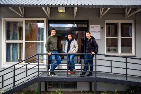 - Vi ser helt klart at det er rom for en skole som dette i Lillehammer., sier rektor ved Create, Bjarne Nyrud. (t.v.). Her sammen med styreleder Magnus Beite og styremedlem Stein Berge Svendsen, foran Bryggerigata 8 der skolen holder til.