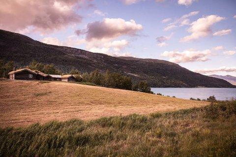 TESSAND: Husmannsplassen Søre Nesset ligg ved Vågåvatnet, og er freda. Skjermdump: Airbnb
