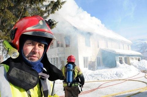 Brannsjef i Lesja og Dovre, Åge Tøndevoldshagen, mener det må til en tydeligere definisjon av hvilke oppgaver brannvesenet har inntil politiet ankommer skadested.