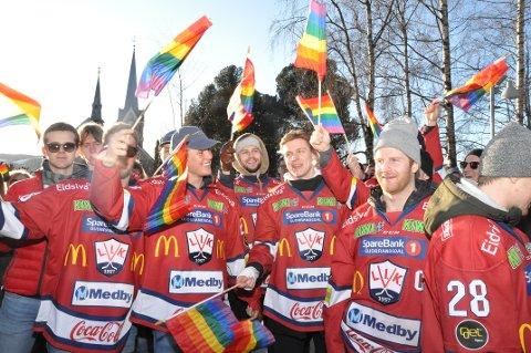 Lillehammer Ishockey var sterkt representert i Vinterpride-paraden lørdag. I dag blir det pridekamp i Eidsiva Arena.
