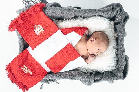 Noen barn fødes med ski på føttene. Noen fødes som supportere av en fotballklubb. Theodor (0) fikk mellomnavnet hans far ønsket mest av alt.