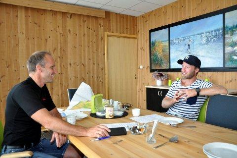 GOD PRIS: Jan-Tore Hemma og Martin Johnsrud Sundby da de ble enige om tomtekjøp i 2014.