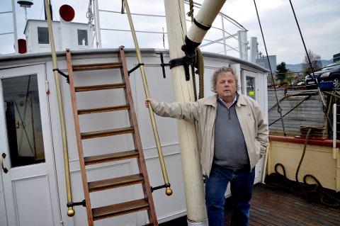 """KRYSSER FINGRENE: Direksjonsformann Bjørn Blichfeldt har ikke opplevd maken til """"annus horribilis"""" for den folkekjære hjuldamperen på Mjøsa."""