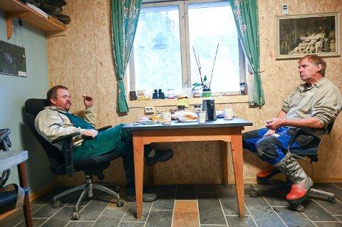 Svein Tore Åmodt (t.v.) og Jan-Erik Aamold. – Den eneste forskjellen på oss er at jeg har vipp på stolen, sier Åmodt.  – Det har jeg også, men kanskje fordi stolen er litt sliten, svarer Aamold. Personalmøte har de hver dag.
