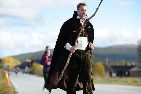 STIL: Martin Foss så ut som en pilgrim fra middelalderen. Kappa ble fanget av vinden rett som det var, men likevel greide Foss å løpe i tungt antrekk, 7,5 kilometer på 54.39.