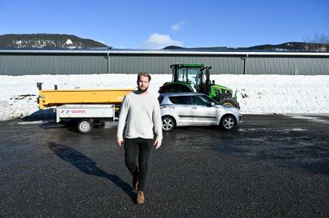 Torleik Svelle, leder i Senterungdommen.  NB: Traktoren på bildet har en vekt på 5.750 kg. Tillatt totalvekt på tilhengeren er 14.000 kg. Det betyr at en 16-åring kan ratte enda større doninger.