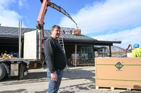 Daglig leder Bjarne Weikle i LWE AS legger nesten 200 kvadratmeter med solcellepanel på eiendommen i Lomoen på Vinstra.
