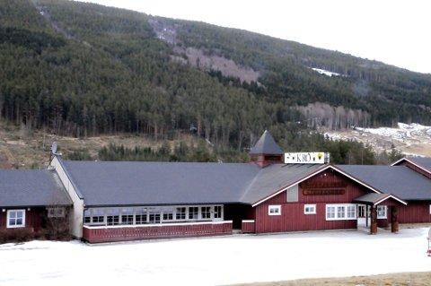 Dovreskogen Gjestegård ligger mellom E6 og Gudbrandsdalslågen.