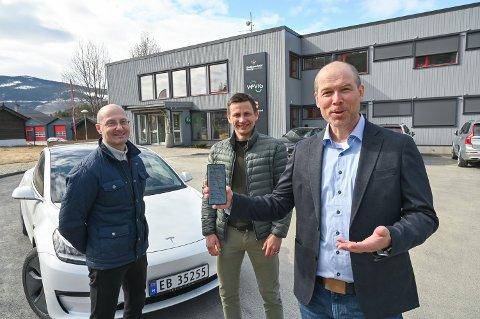 NY APP: Gudbrandsdal Energi lanserer smart lading av elbiler. Leder for drift og utvikling Thomas Mathisen (f.v.), administrerende direktør Marius Røed Sveipe og ansvarlig for digitale flater Thomas Gundersen.