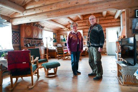 Mari og Johan Dalseg på Dalseg øvre på Hundorp. – Det er eit godt hus. Vi brukar lite strøm, høyrer ikkje at det bles og huset står støtt, fortel dei.