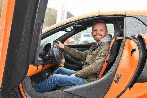 Ivar Løkken hadde tatt turen hjem til Vinstra for å besøke faren og ikke minst teste en McLaren 570S Spider på Vinstra Motorsportarena.