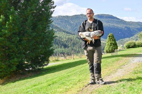 Martin Tioukalias (39) skal bygge nytt hønsehus på garden Klåpe i Øvre Svatsum. Han har fått 100.000 kroner i etableringsstøtte fra Næringsfondet i Gausdal kommune.