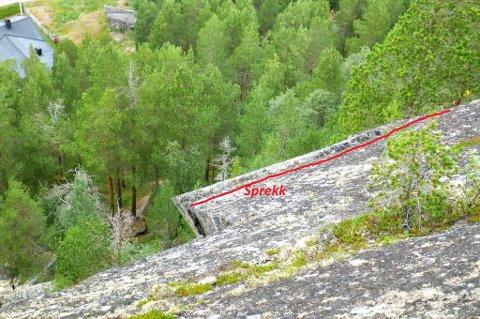 Denne steinblokken i Mobergjet i Bøverdalen, truer bolighus. Nå har Lom kommune kontaktet NVE for å få en geolog til å se på forholdene.
