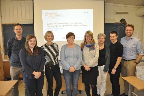 GODT GRUNNLAG: Harald syse (fra venstre), elise Christensen og Claudia Lenz fra Dembra sammen med prosjektgruppa på skolen: Ragnhild Fredriksen, Ragnhild Lind, Bente Granaasen, Dag Nielsen og Inge Gjestvang.