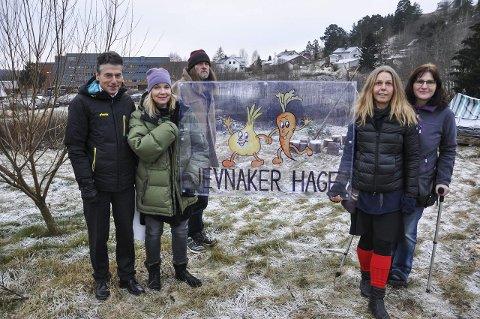 KAN REALISERE HAGEPLANENE: Tor Haug (t.v.) kunne tirsdag overrekke 150.000 kroner i gave fra Sparebankstiftelsen DNB til Jevnaker Hage, her ved initiativtaker Trude Skåre Johansen, Steinar Auråen, Sabine Mertens og Anne Mortensen.