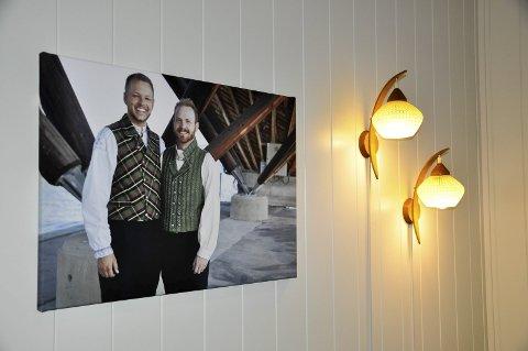 Bryllupsbildet: Inge Alexander Gjestvang og  Henning Aschim Wien giftet seg i Gjøvik i 2013, og bryllupsbildet ble tatt på Skibladner-huset. Ved siden av bildet er lamper Henning fant hos bestemoren sin.